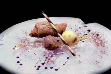 Crujiente de plátano acompañado de helado de vainilla y miel de brezo con bastón de centeno y chocolate