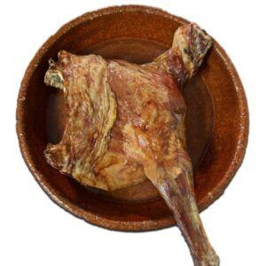 Cuarto de lechazo asado premium a baja temperatura en cazuela de barro